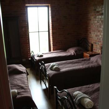2 kambarys. 3 viengulės + sulankstoma lovele.