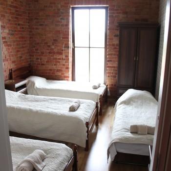 3 kambarys. 3 viengulės + sulankstoma lovelė.