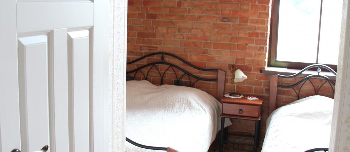 4 kambarys. Dvigulė, viengulė + WC.